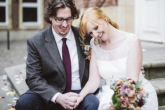 Fotograf Münster: Lachendes, authentisch wirkendes Hochzeitspaar