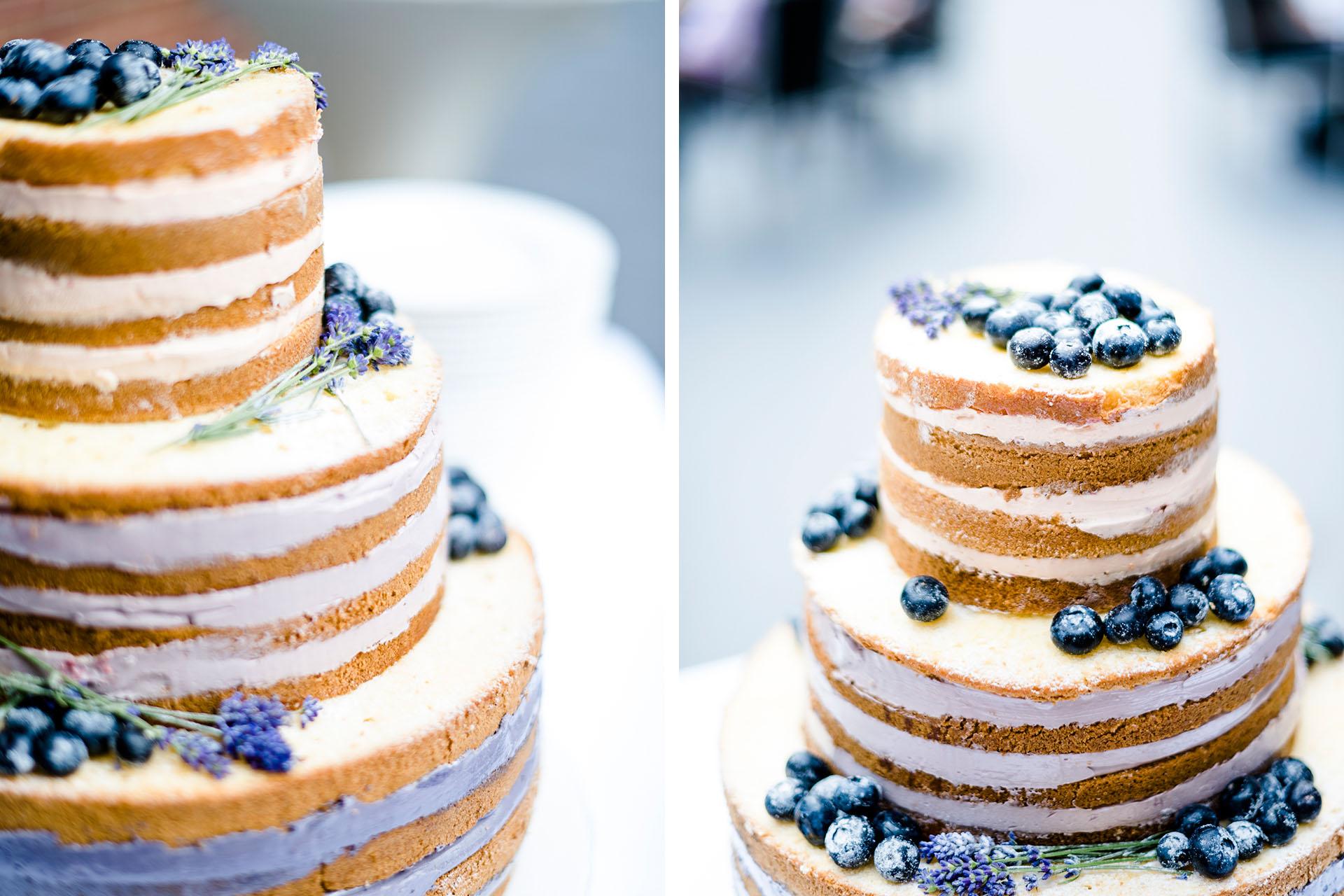 Hochzeitsfotos Münster: Fotos von wunderschöner Hochzeitstorte mit Blaubeeren.