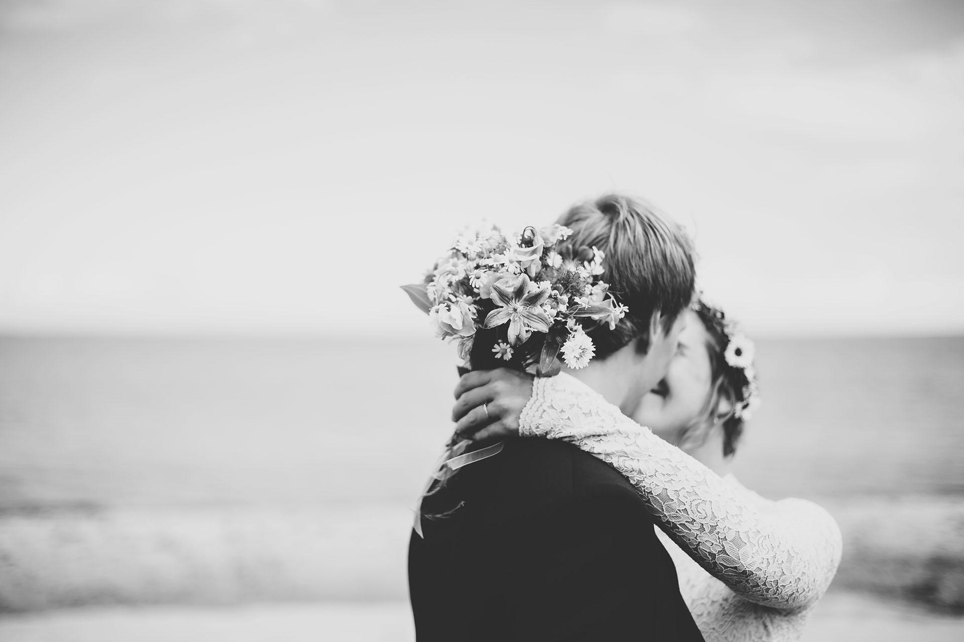 Hochzeitsfotos Münster: unscharfes Bild vom Kuss am Strand