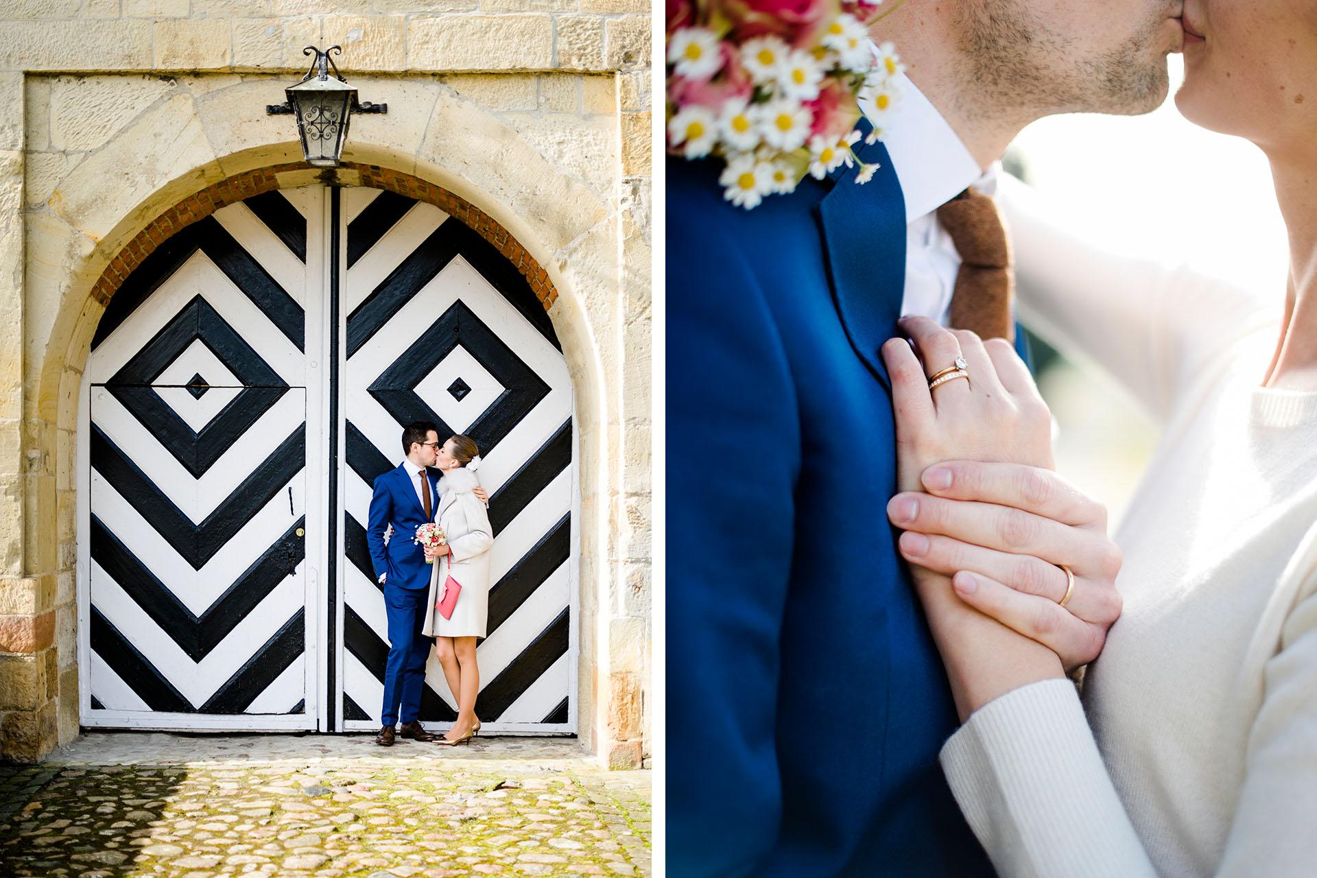 Hochzeitsfotos Münster: Sehr elegantes Hochzeitspaar vor Zebragestreifter Tür.