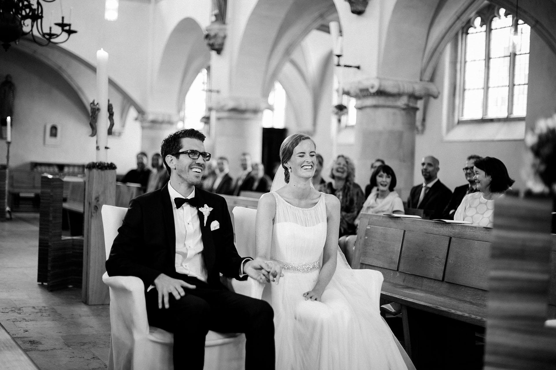 Hochzeitsfotograf Münster: Lachendes Paar vor dem Traualtar