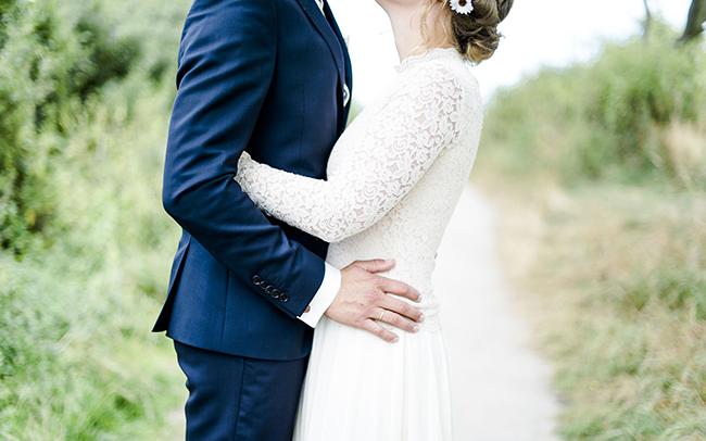 Hochzeitsfotos Münster: Titelbild mit küssendem Hochzeitspaar